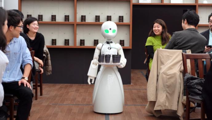 الروبوتات تقدم المشروبات