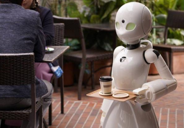 الروبوت يحمل المشروب