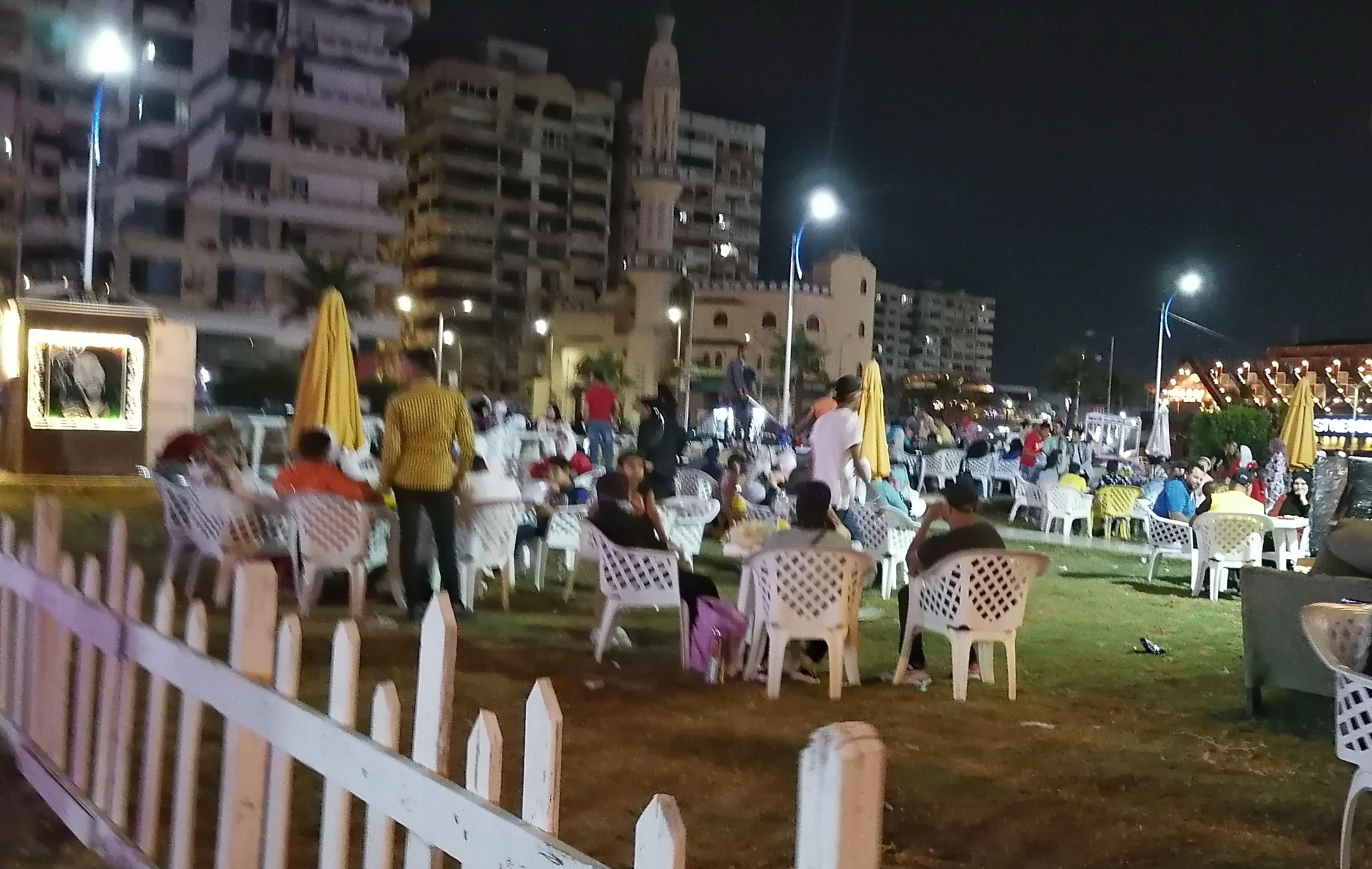 جانب من تجمع العائلات على الشاطئ