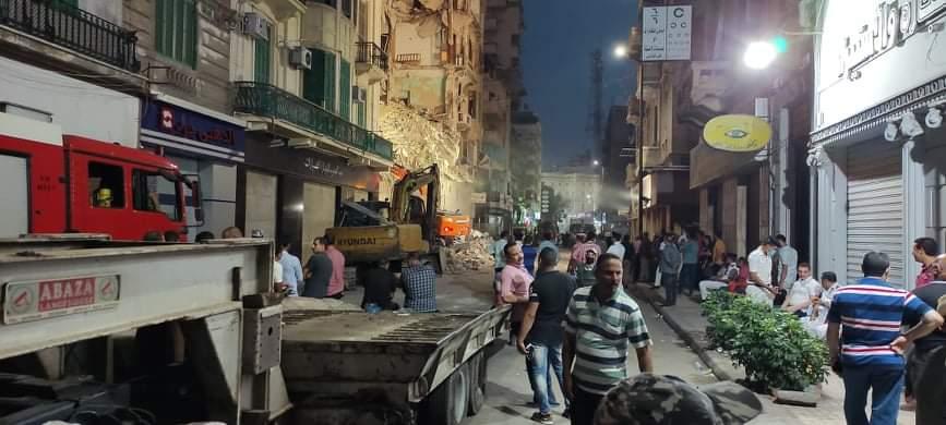 الحماية المدنية بالإسكندرية تواصل البحث عن ضحايا أسفل العقار المنهار