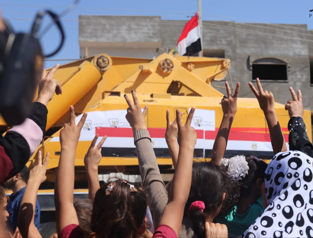 الفلسطينيون يرحبون بالاطقم الهندسية المصرية في غزة