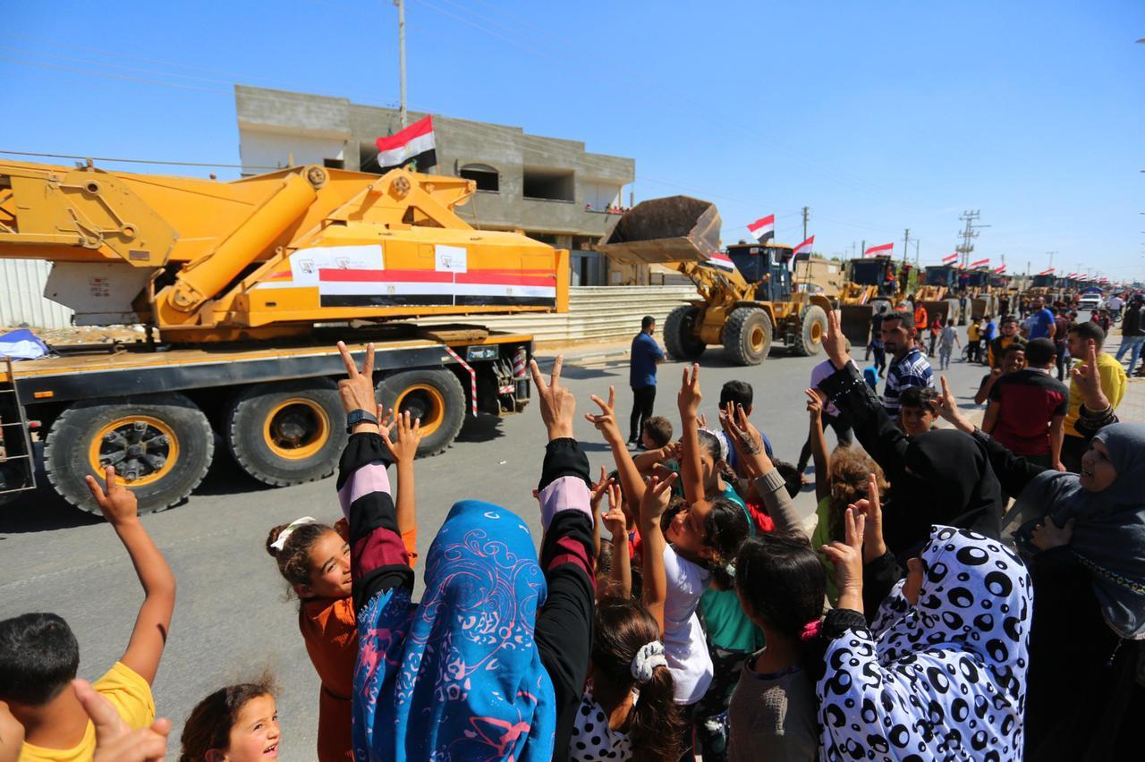 الفلسطينيون يستقبلون الاطقم الهندسية المصرية في غزة بعلامة النصر