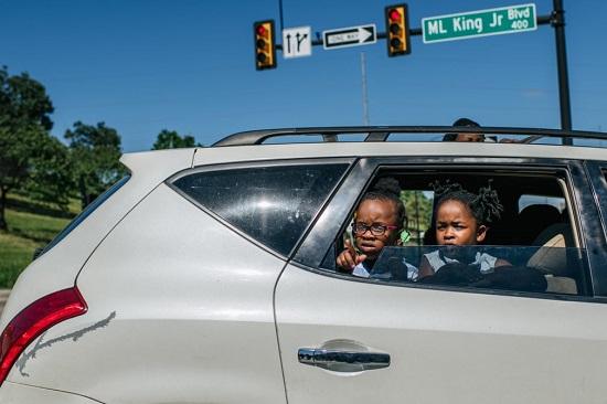 الأطفال يشاهدون مسيرة من السيارة