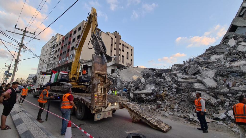 الآليات المصرية تزيل الركام من غزة