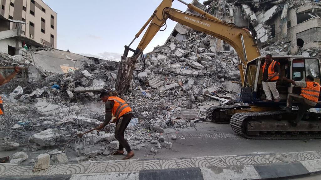 الآليات المصرية في غزة تزيل الركام