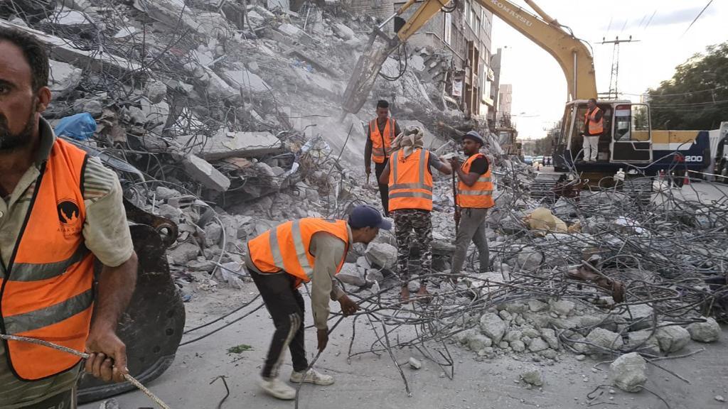 الآليات المصرية تبدأ في إزالة الركام بقطاع غزة 1