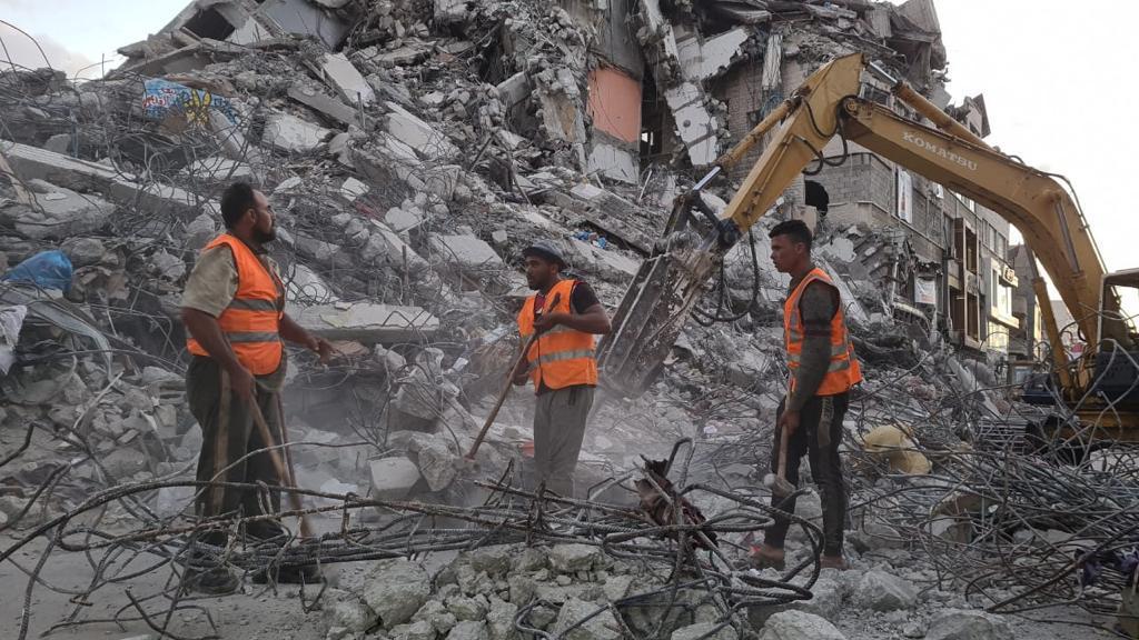 الآليات المصرية تبدأ في إزالة الركام في غزة