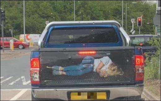 الشرطة البريطانية تحقق فى صورة لعمل فنى لامرأة مخطوفة مقيدة على سيارة.. اعرف القصة (2)