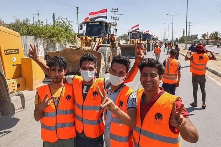 عمال مصريون يساعدون فى اعمار غزة