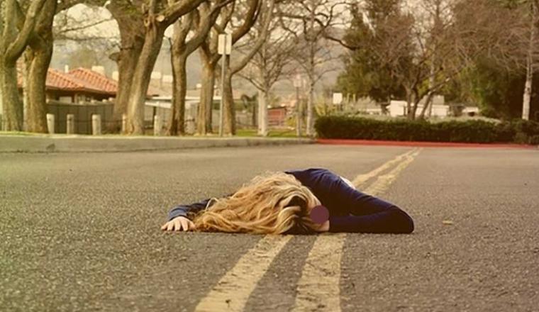 تحدى الاستلقاء على السوشيال ميديا