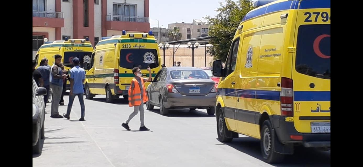 متطوعون يستقبلون  المصابين الفلسطييين بمستشفى العريش العام