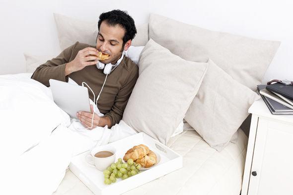 الأكل في غرفة النوم