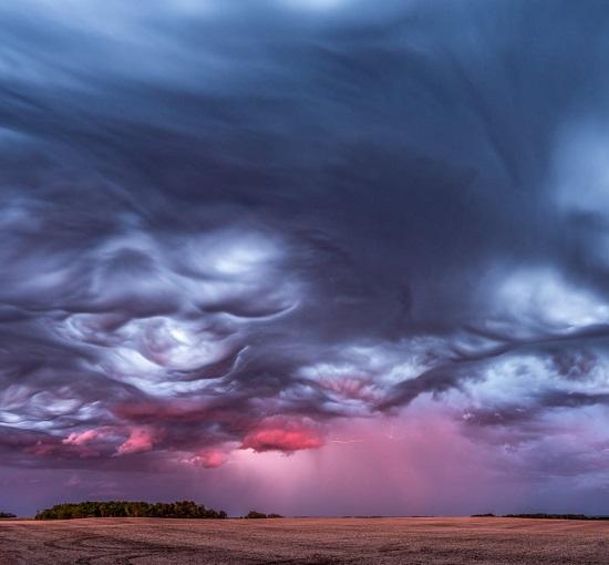 عاصفة ومطر والألوان الوردية لغروب الشمس