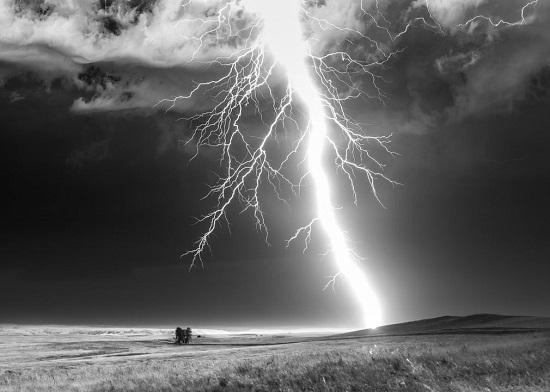 قوة البرق الذي لا يمكن التنبؤ به