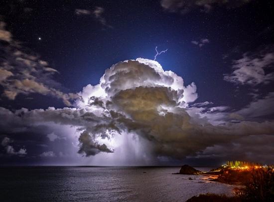عاصفة شتوية تحت سماء مرصعة بالنجوم