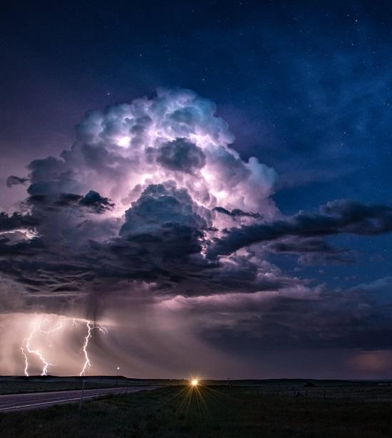 بدت هذه العاصفة ساحرة تحت السماء المرصعة بالنجوم