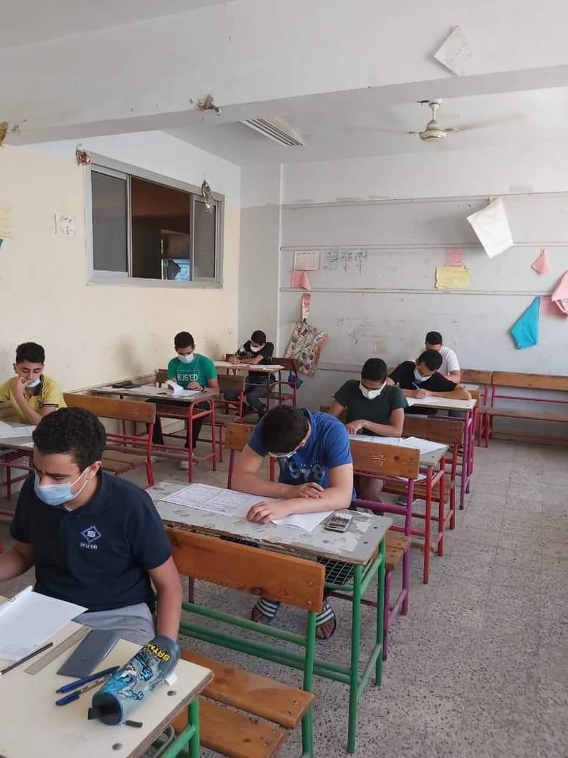 الطلاب يؤدون الامتحان