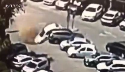 الحفرة تبتلع السيارة