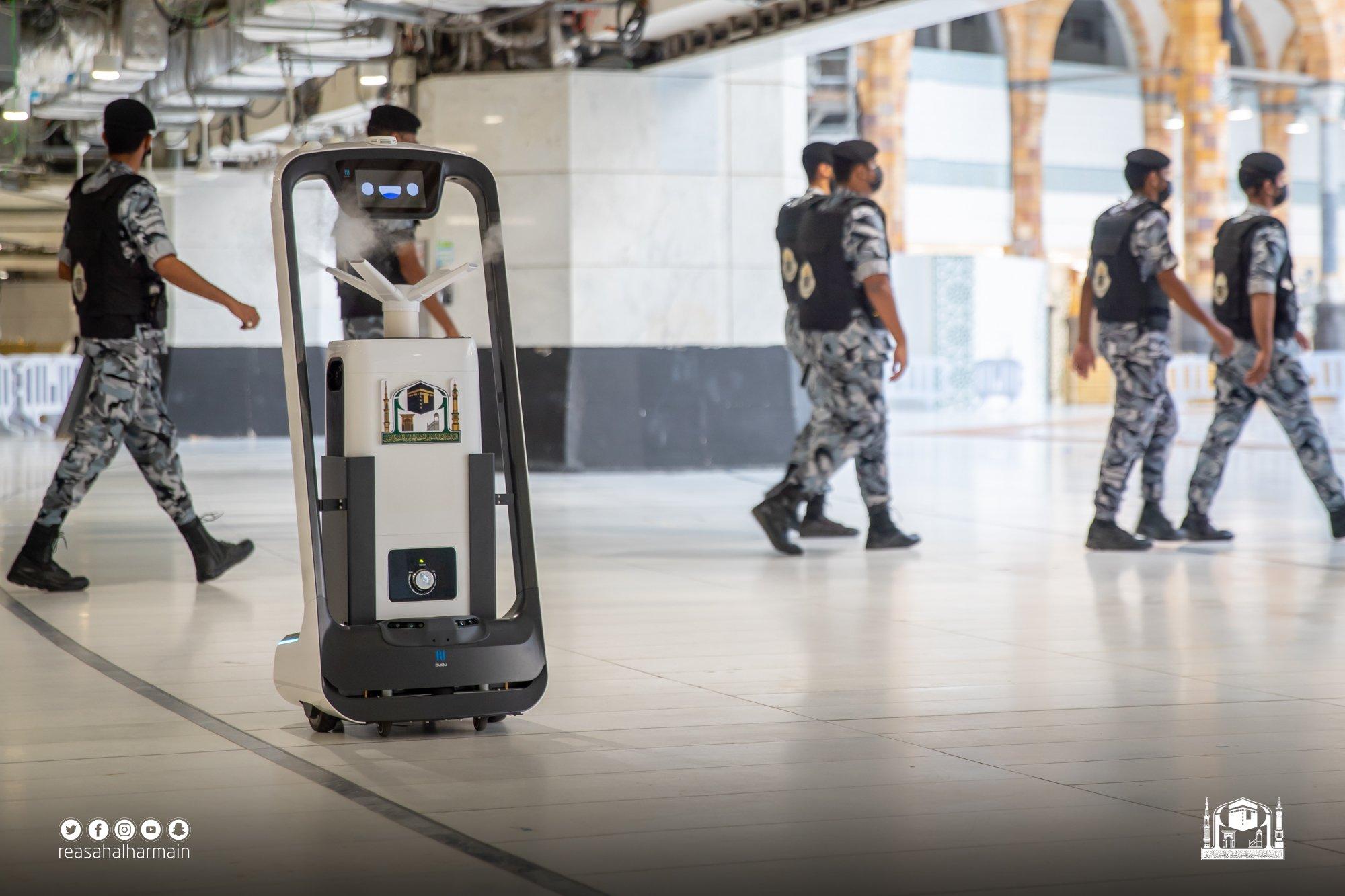 روبوتات داخل المسجد الحرام (3)