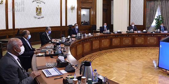 رئيس الوزراء يتابع موقف تنفيذ المشروعات التنمويه  (2)