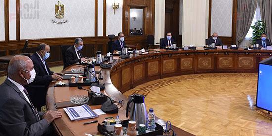 رئيس الوزراء يتابع موقف تنفيذ المشروعات التنمويه  (1)