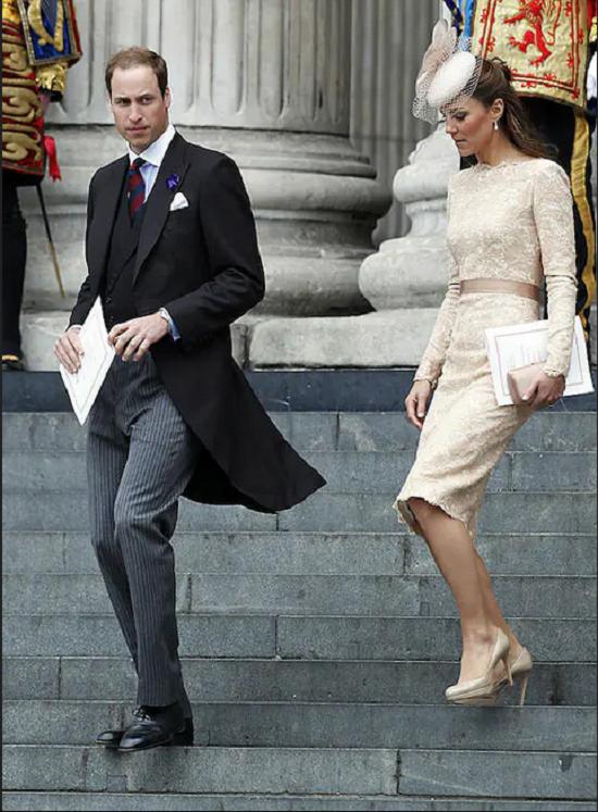 البسى الفساتين الضيقة على الطريقة الملكية (11)