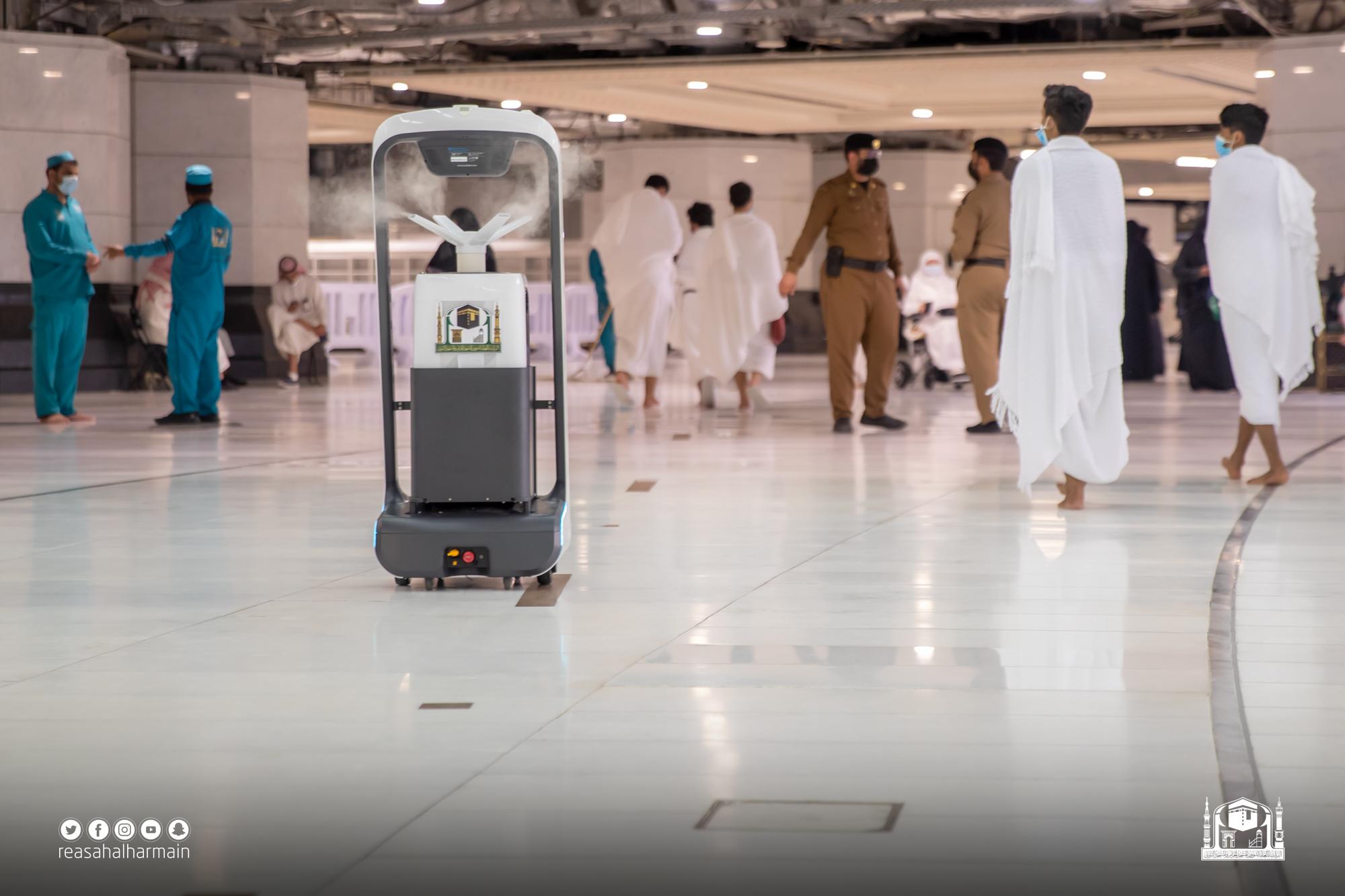روبوتات داخل المسجد الحرام (1)