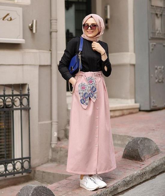 أفكار لتنسيق التنورة ذات الأزرار الأمامية مع الحجاب (13)