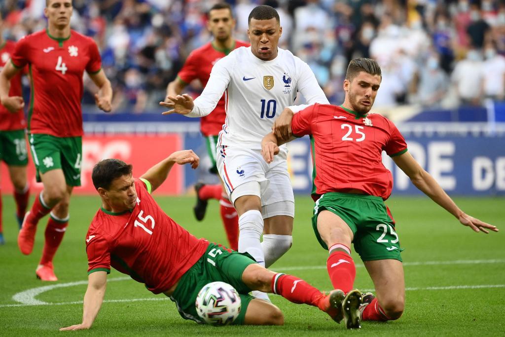 مبابى يحاول المرور من مدافعى بلغاريا