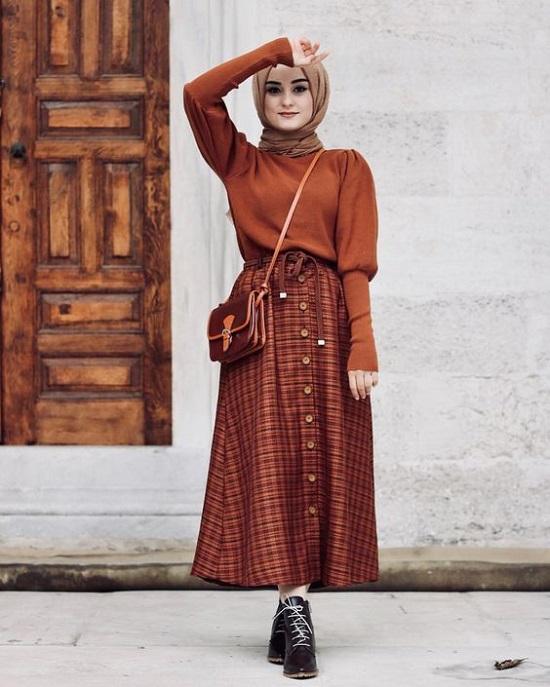 أفكار لتنسيق التنورة ذات الأزرار الأمامية مع الحجاب (14)