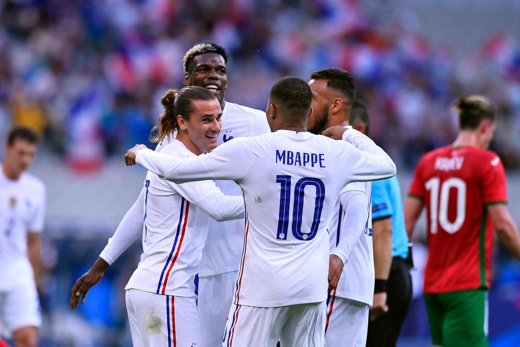 جريزمان يحتفل مع لاعبى فرنسا