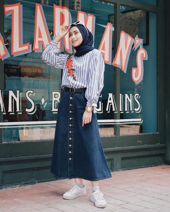 أفكار لتنسيق التنورة ذات الأزرار الأمامية مع الحجاب (11)