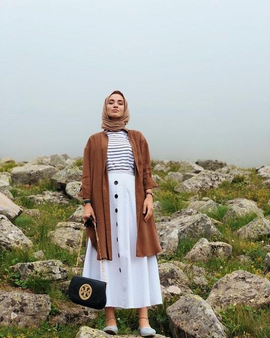 أفكار لتنسيق التنورة ذات الأزرار الأمامية مع الحجاب (5)
