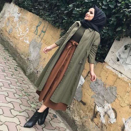 أفكار لتنسيق التنورة ذات الأزرار الأمامية مع الحجاب (4)