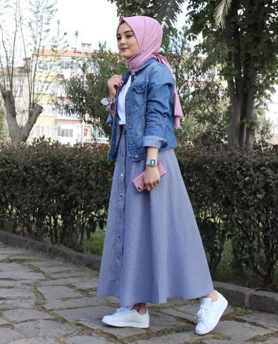 أفكار لتنسيق التنورة ذات الأزرار الأمامية مع الحجاب (15)