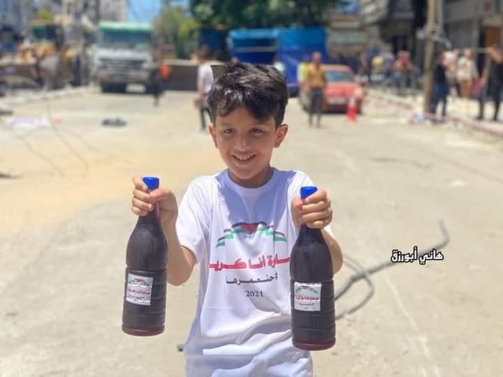 طفل فلسطينى يقدم العصائر للأطقم المصرية فى غزة