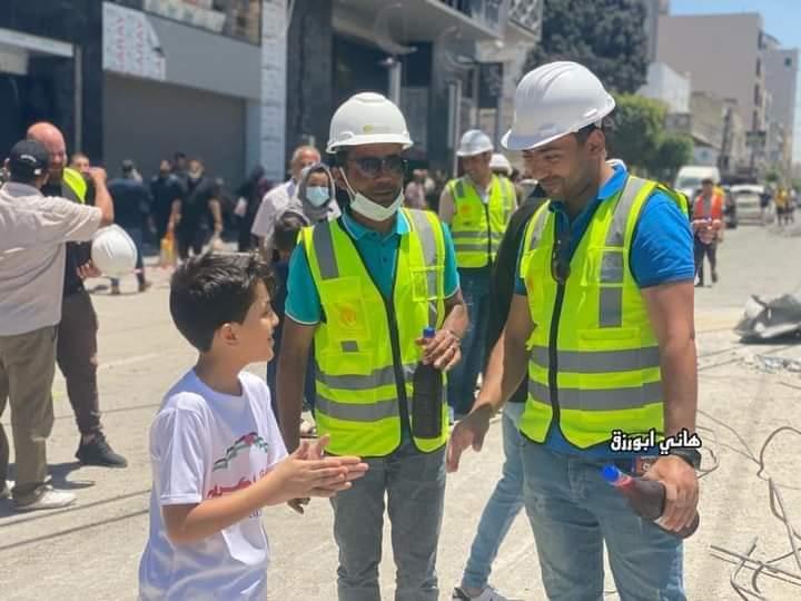 الطفل الفلسطينى كريرم يقدم العصائر للاطقم المصرية في غزة