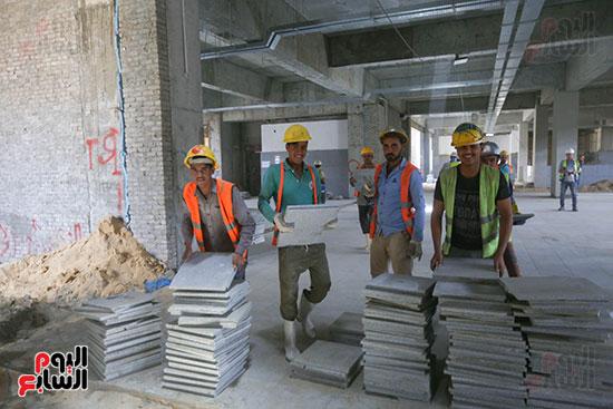 العمال في محطة المترو