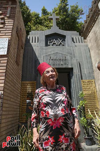 جينا تزور قبر والدها نجيب الريحانى (1)
