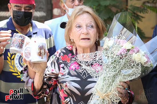 جينا تزور قبر والدها نجيب الريحانى (10)