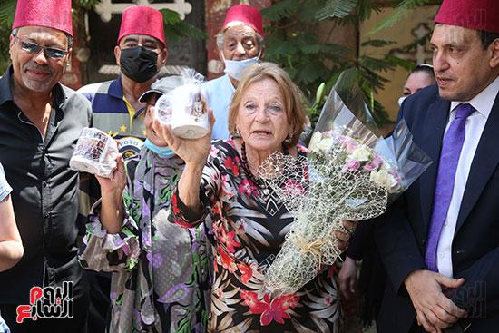 جينا تزور قبر والدها نجيب الريحانى (8)