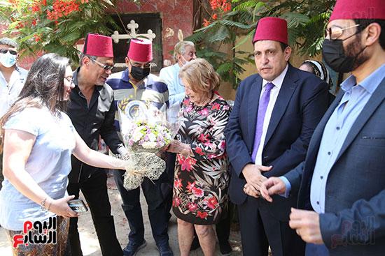 جينا تزور قبر والدها نجيب الريحانى (9)