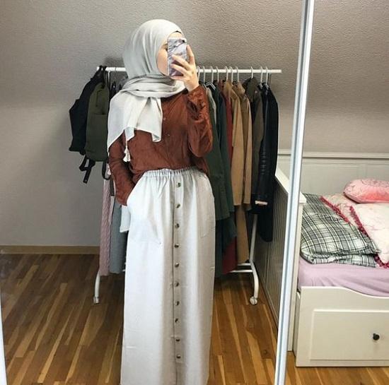 أفكار لتنسيق التنورة ذات الأزرار الأمامية مع الحجاب (2)