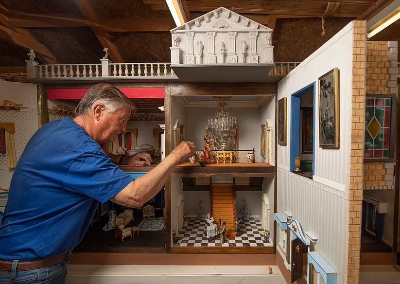 صانع مصغرات يعرض منزلا قضى 26 في صناعته للبيع (8)