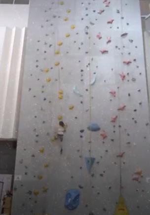 الطفلة تصعد الجدار