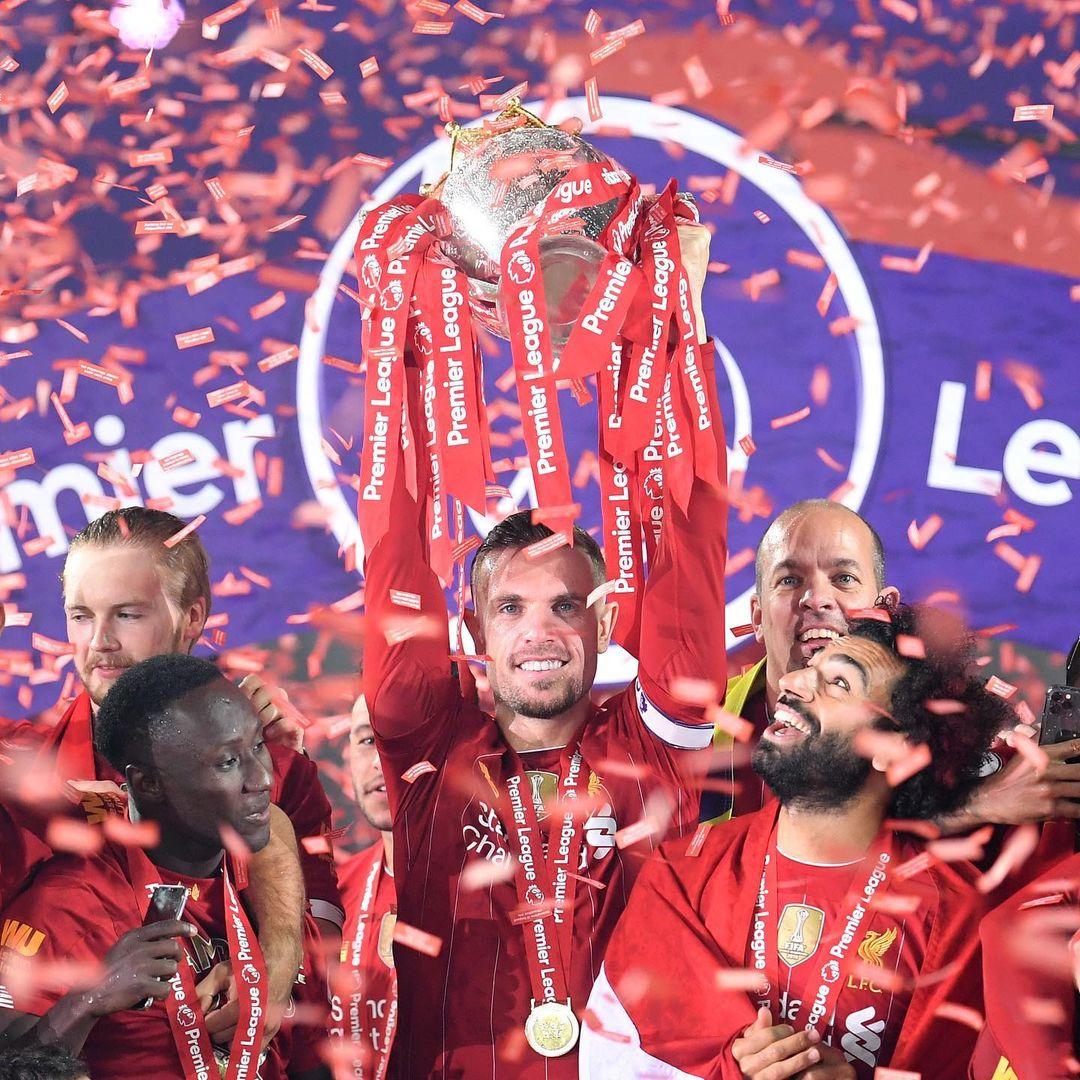 قائد ليفربول يحتفل بالكاس برفقه محمد صلاح