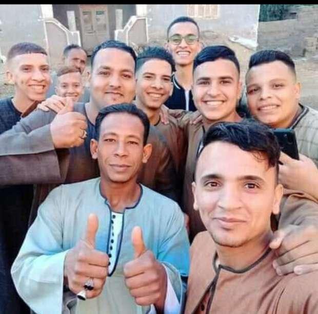 الشاب محمود مع أصدقائه