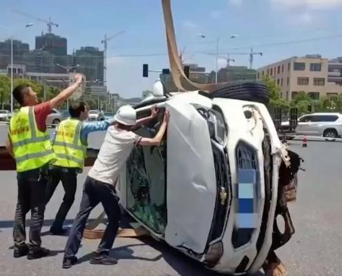 لحظة سقوط السيارة فى الحفرة