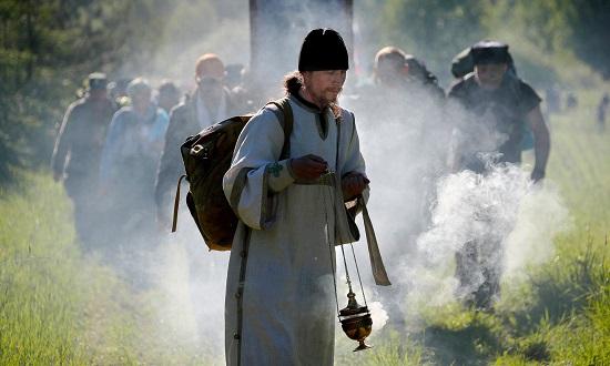 كاهن أرثوذكسي روسي يقود الحجاج