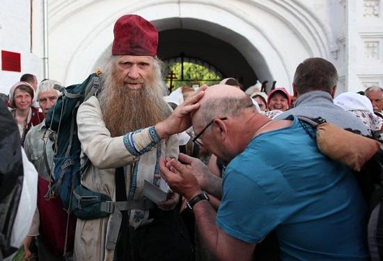 كاهن روسي أرثوذكسي يبارك الحجاج
